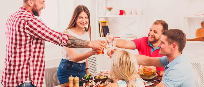 Convide as pessoas para comerem em sua casa ou prepare refeições deliciosas para você foto